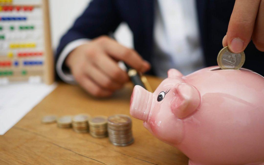 Suomalaisten mielestä kodit ensisijaisesti vastuussa nuorten talousosaamisesta − kampanja kannustaa vanhempia puhumaan rahasta